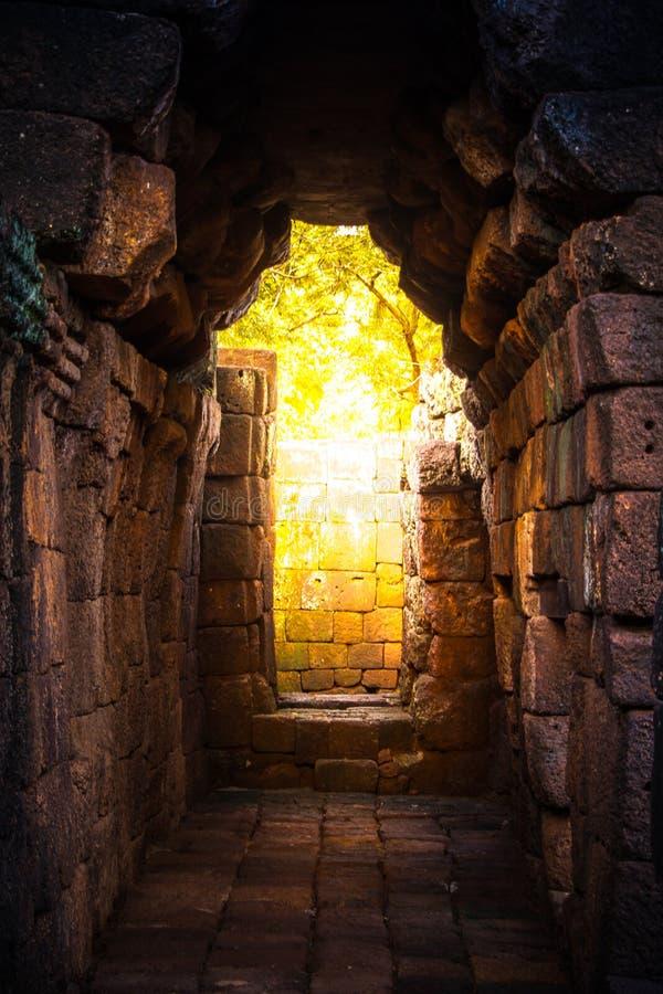 luz dourada do túnel no castelo da rocha antigo imagem de stock royalty free