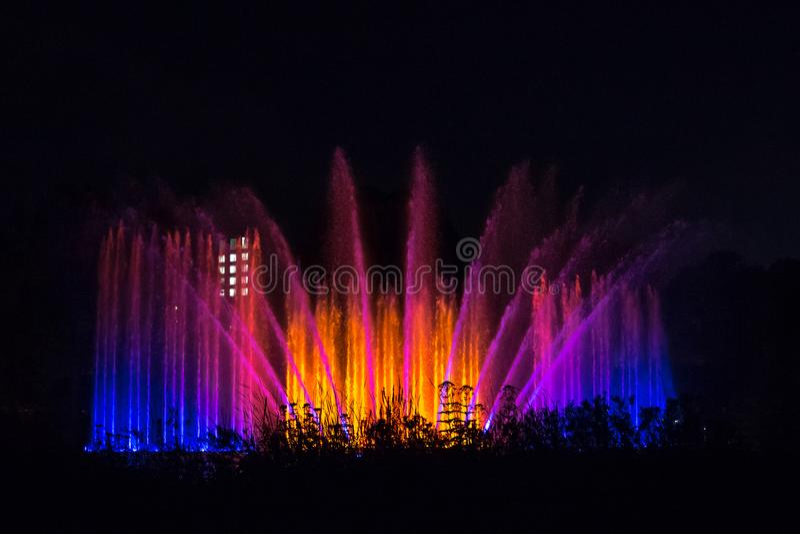 A luz e a água mostram na fonte na noite, un Blomen de Planten, Hamburgo, Alemanha imagens de stock