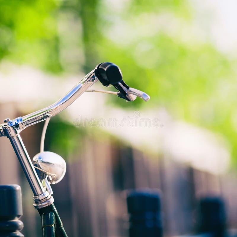 Luz e guiador retros coloridos da bicicleta da cidade do vintage fotografia de stock royalty free
