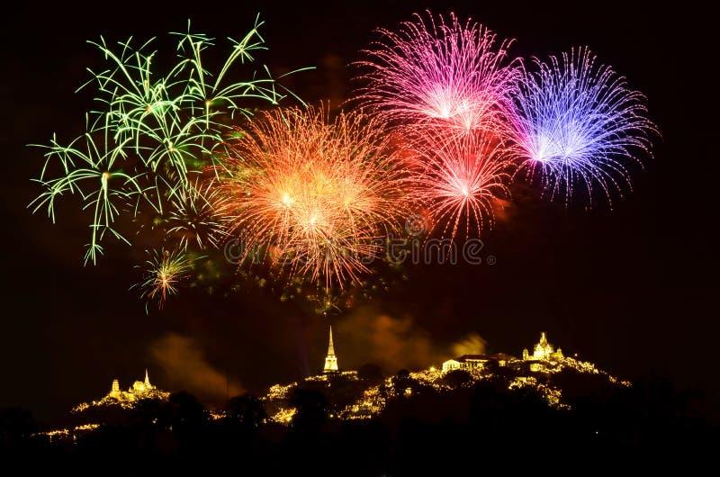 A luz e os fogos de artifício coloridos mostram imagem de stock royalty free