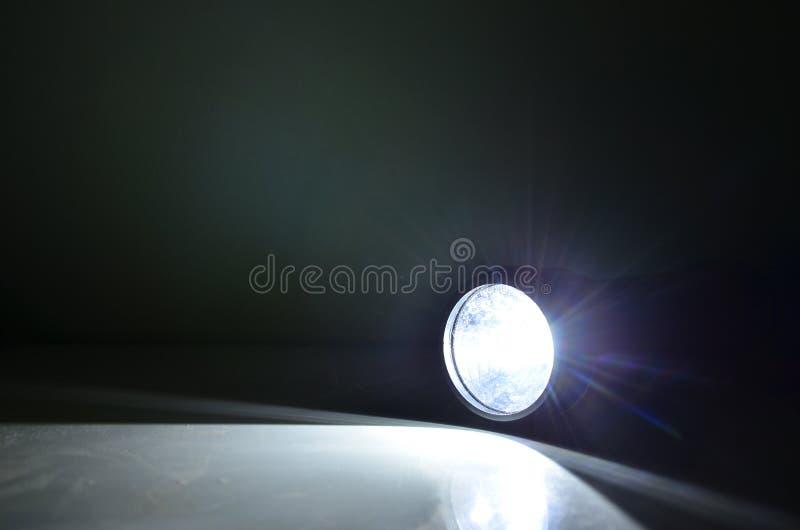 Luz e raios brilhantes da tocha no assoalho imagem de stock