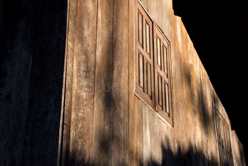 Luz e sombra em testes padrões de janelas de madeira e de madeira fotografia de stock royalty free