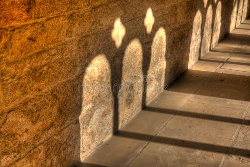 A luz e a sombra no claustro no Kaiserdom de Königslutter são olmo na luz do sol brilhante fotos de stock
