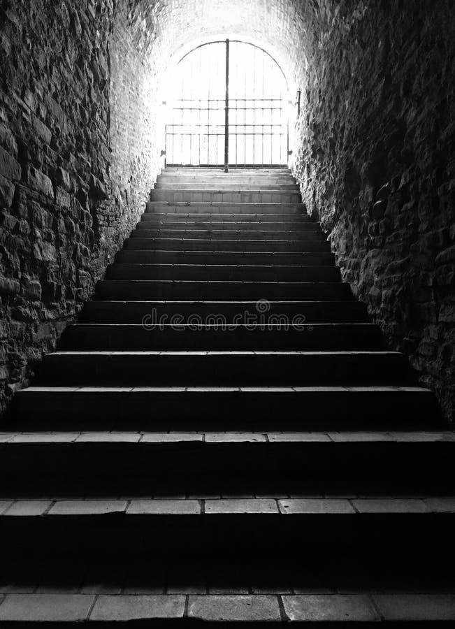 Luz en el extremo de las escaleras del túnel imagenes de archivo
