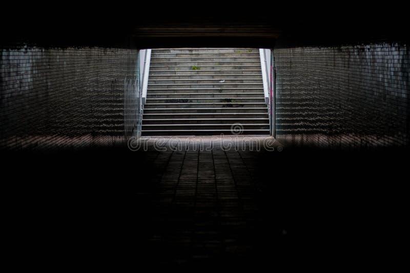 Luz en el extremo de un túnel fotos de archivo