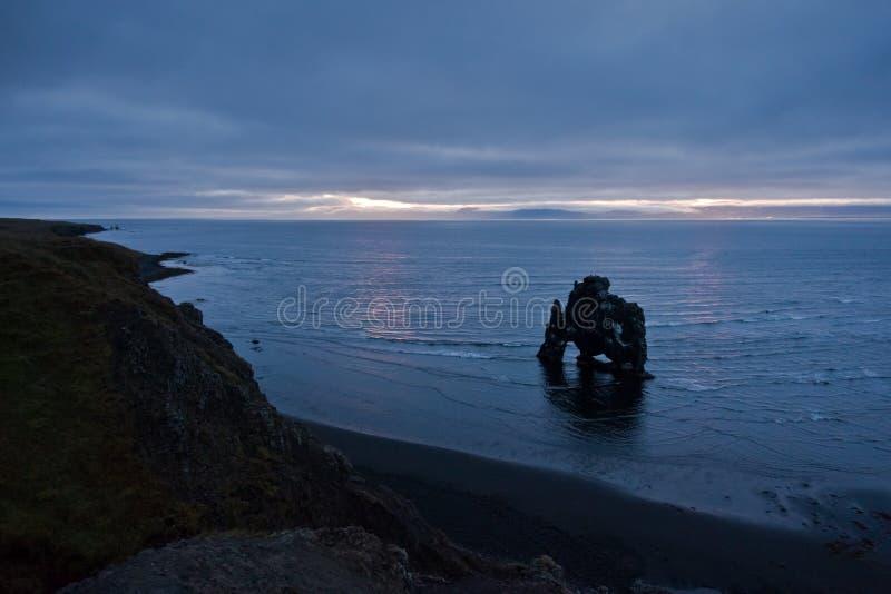 Luz en 5am, hora del amanecer para el dragón Hvitserkur de beber el agua foto de archivo libre de regalías
