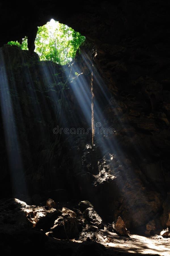 Luz en la cueva. fotos de archivo