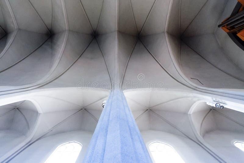 A luz encheu o interior minimalista branco do HallgrÃmskirkja mim fotografia de stock royalty free