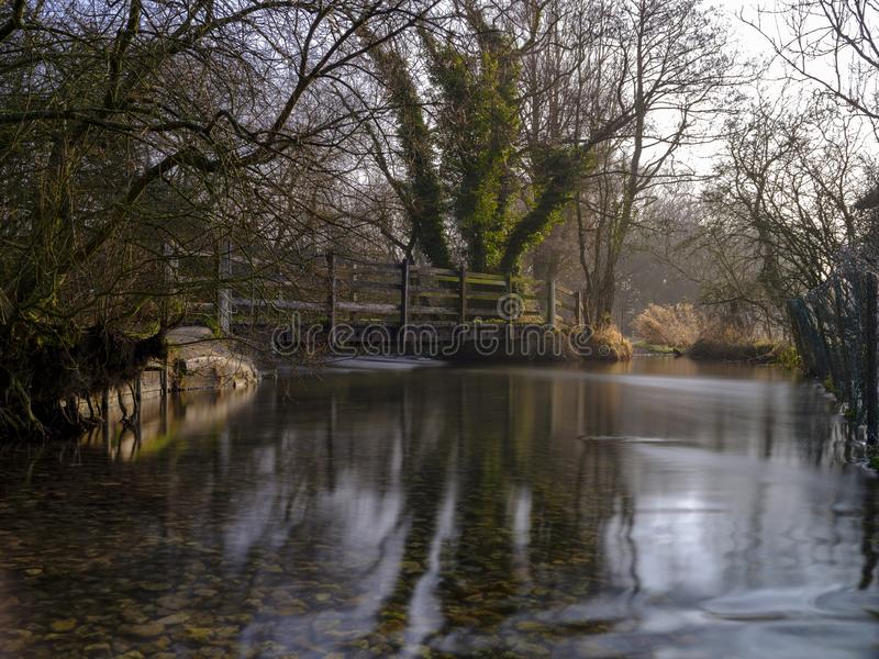 Luz enevoada da manh? no rio Meon perto de Exton, penas sul parque nacional, Hampshire, Reino Unido foto de stock royalty free