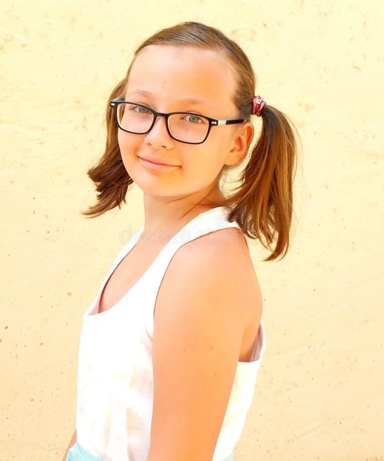 Luz ensolarada do dia de verão da visão do adolescente da menina fotografia de stock