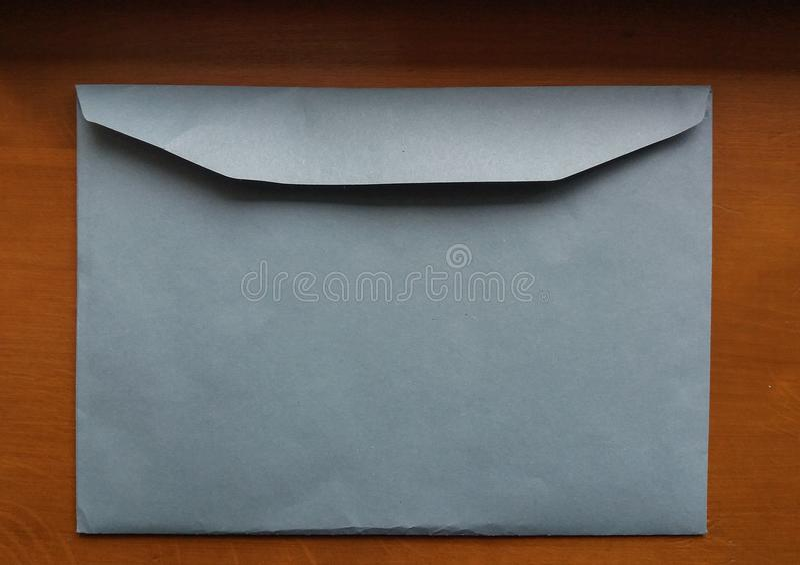 Luz - envelope azul imagens de stock