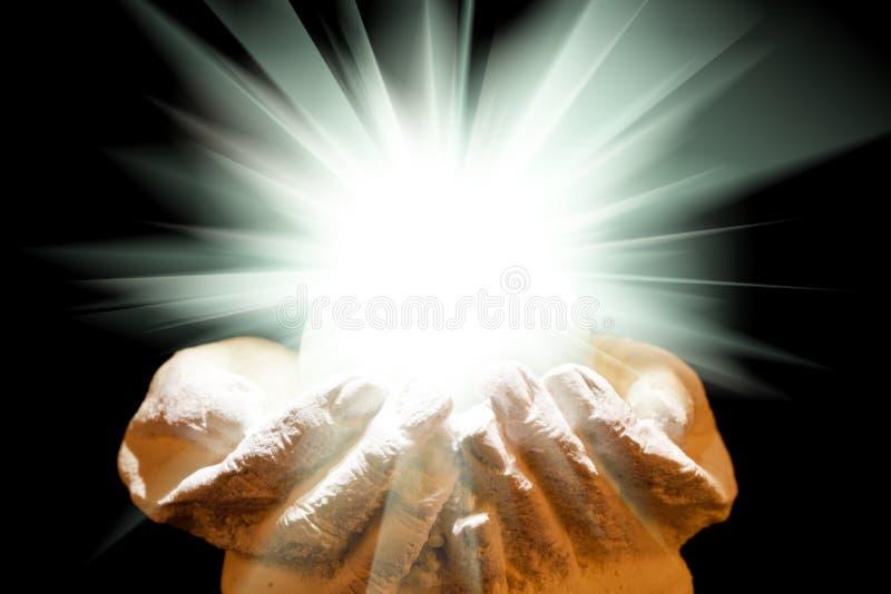 Luz espiritual en manos ahuecadas foto de archivo