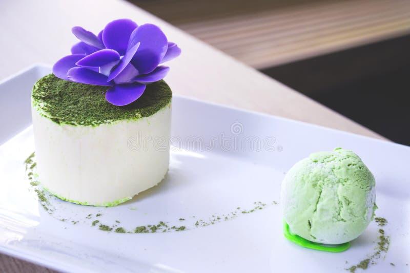 Luz exquisita, deliciosa y postre suave con té verde foto de archivo