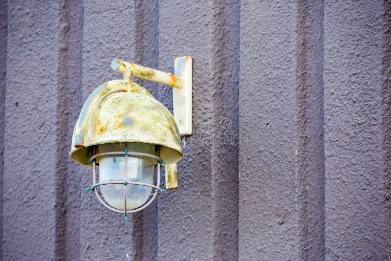 Luz exterior pintada del hierro en el muro de cemento fotografía de archivo libre de regalías