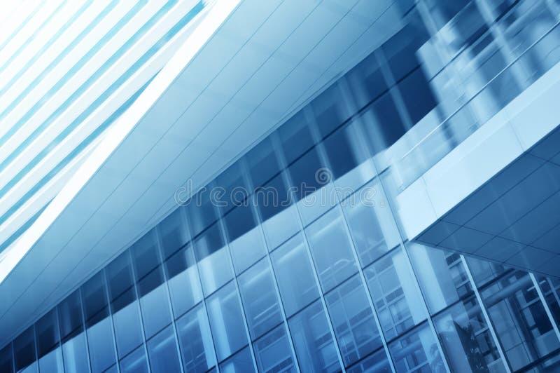Luz - fundo azul da construção alta de vidro da elevação fotos de stock royalty free