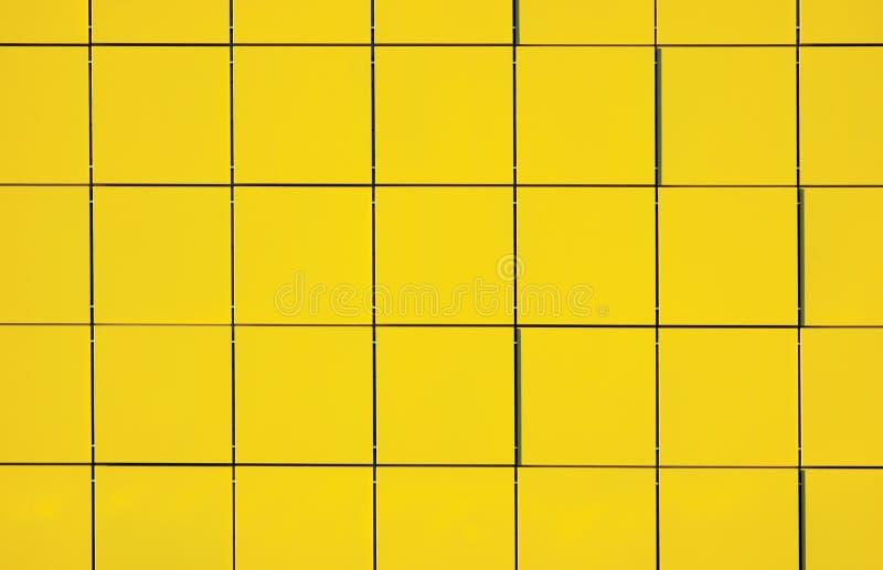 Luz - fundo metálico amarelo do painel da fachada imagem de stock