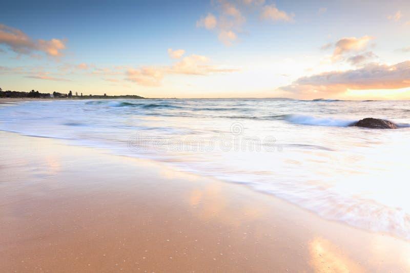 Luz hermosa de la mañana en la playa australiana imágenes de archivo libres de regalías