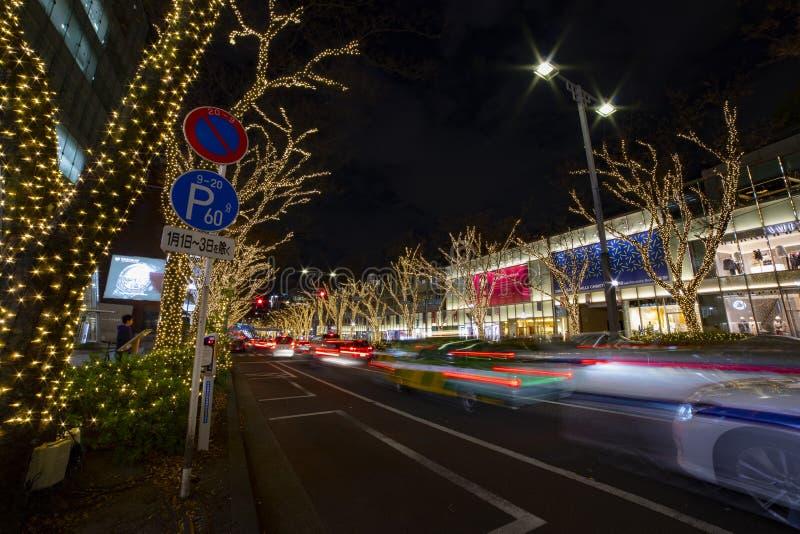 Luz iluminada en la calle en Omotesando Tokio fotografía de archivo