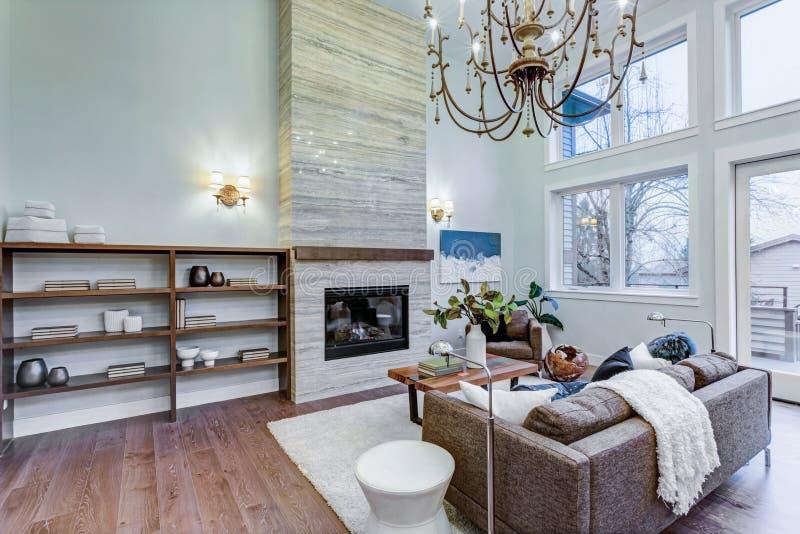Luz incrível e sala de visitas pairosa com teto alto em uma casa da construção nova foto de stock royalty free