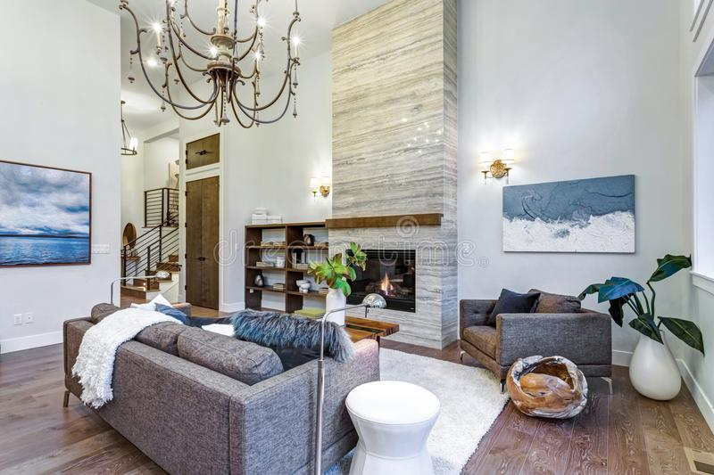 Luz incrível e sala de visitas pairosa com teto alto em uma casa da construção nova fotografia de stock