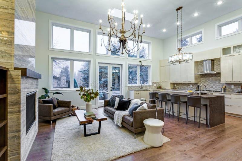 Luz incrível e sala de visitas pairosa com teto alto em uma casa da construção nova fotos de stock