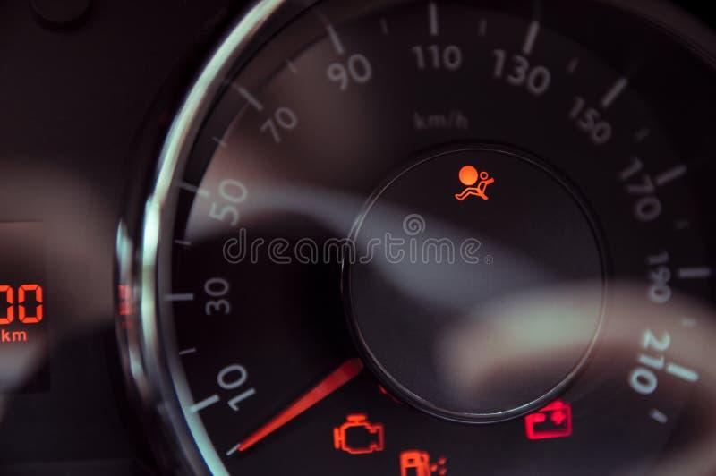 A luz informa que os airbags estão imagem de stock