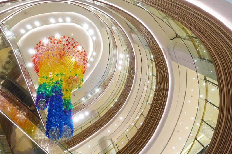 Luz llevada en techo constructivo comercial moderno del centro comercial fotos de archivo