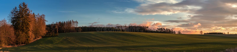 Luz macia do nascer do sol no panorama do campo das montanhas fotografia de stock royalty free