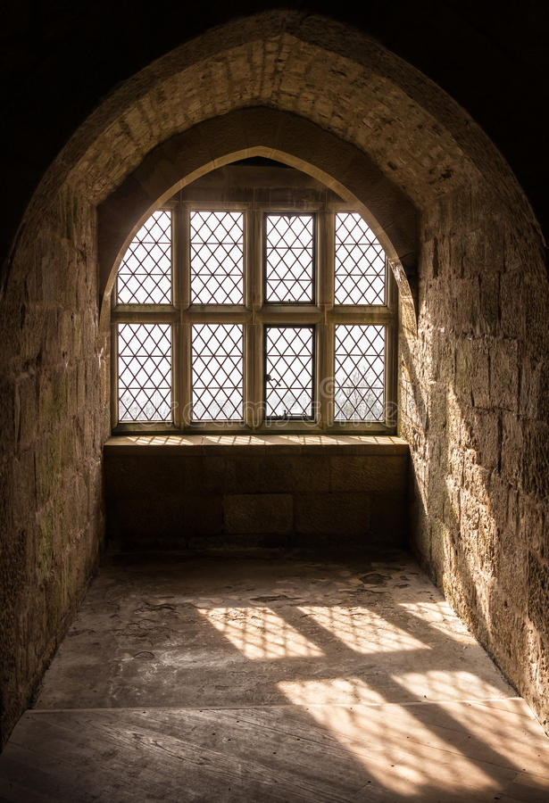 Luz medieval da janela fotografia de stock
