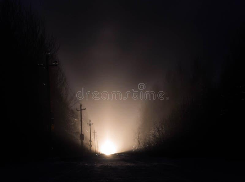 Luz na extremidade de uma estrada na noite imagem de stock royalty free