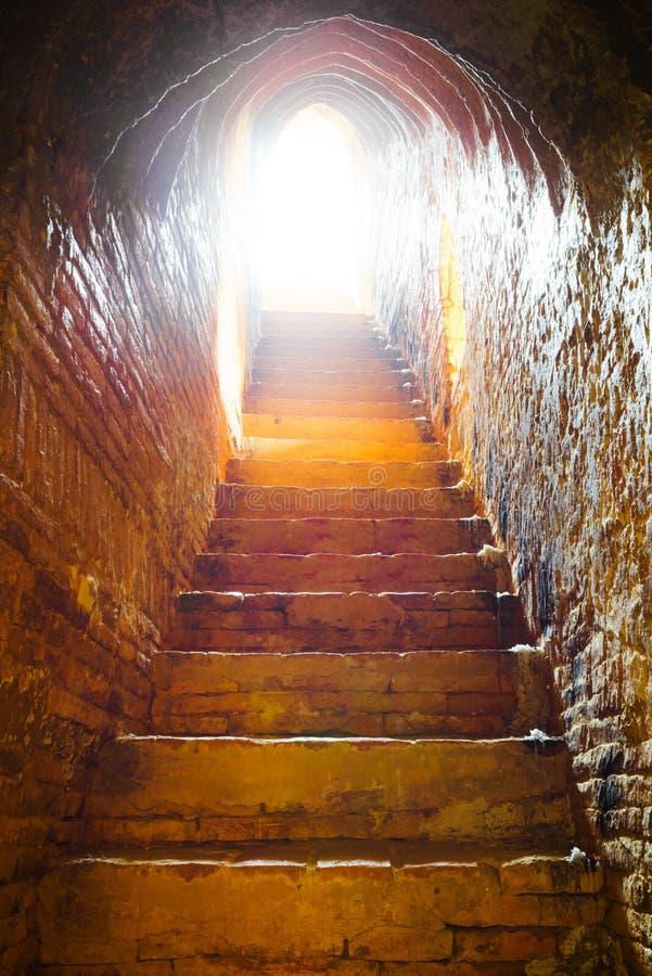 Luz na extremidade do túnel no castelo imagens de stock