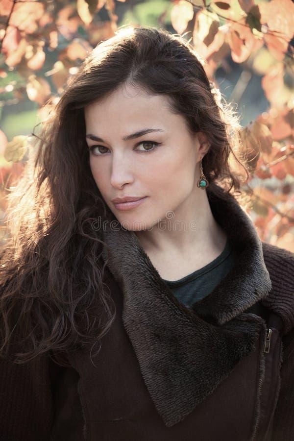 Luz natural exterior do retrato do outono da jovem mulher imagens de stock