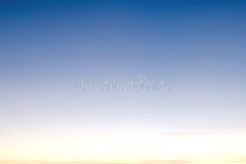 Luz - o céu azul com nuvens, pode ser usado como o fundo imagens de stock royalty free
