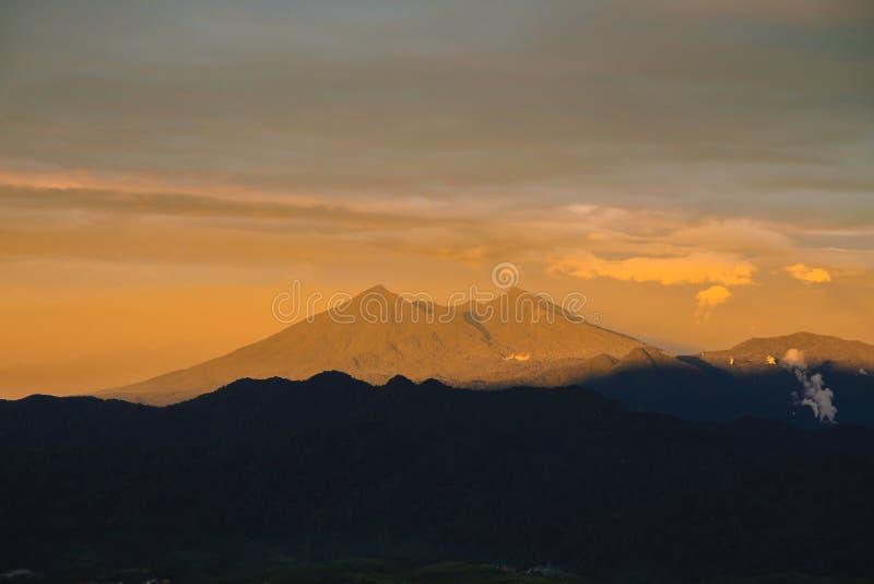 Luz pasada hermosa de la puesta del sol en el soporte Salak imagen de archivo