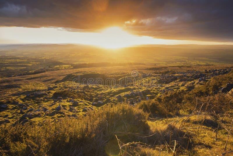 Luz poderosa do por do sol sobre o campo britânico fotografia de stock royalty free