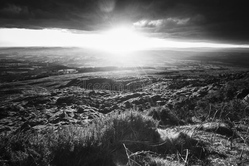 Luz poderosa do por do sol sobre o campo britânico fotos de stock royalty free