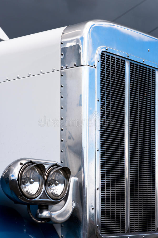 Luz principal clásica semi del camión azul y blanco imágenes de archivo libres de regalías