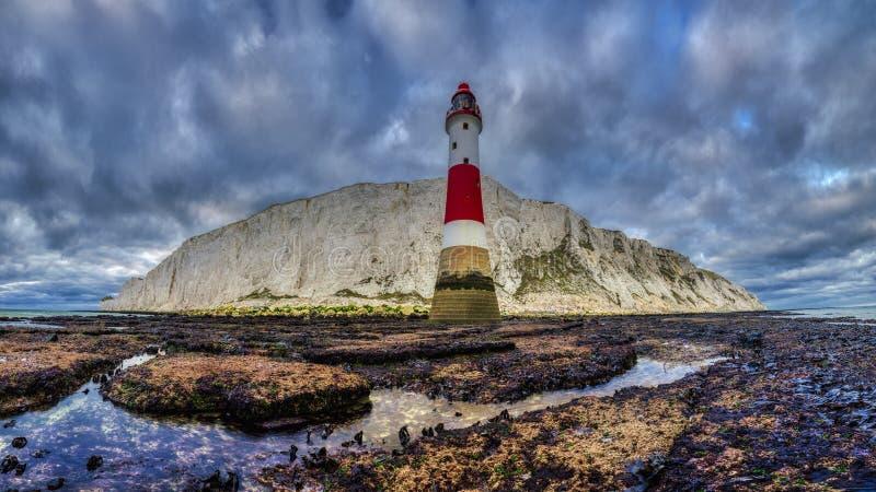 Luz principal con playas, East Sussex, Reino Unido fotografía de archivo