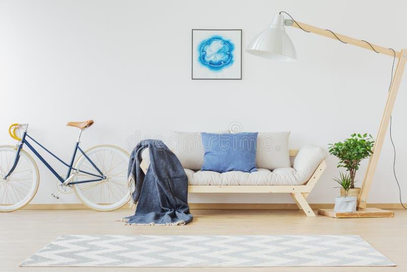 Luz - projeto nórdico azul da sala imagens de stock