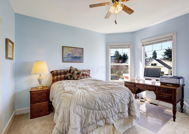 Luz - quarto azul com área do escritório foto de stock royalty free