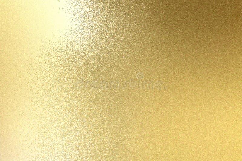 Luz que brilha na textura escovada da placa de metal do ouro, fundo abstrato fotografia de stock royalty free