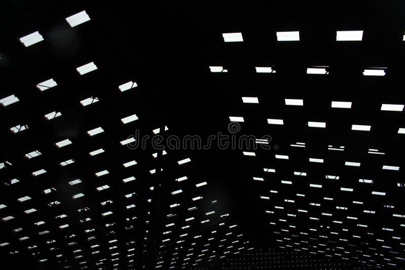 A luz que brilha para baixo do telhado do mercado fotos de stock