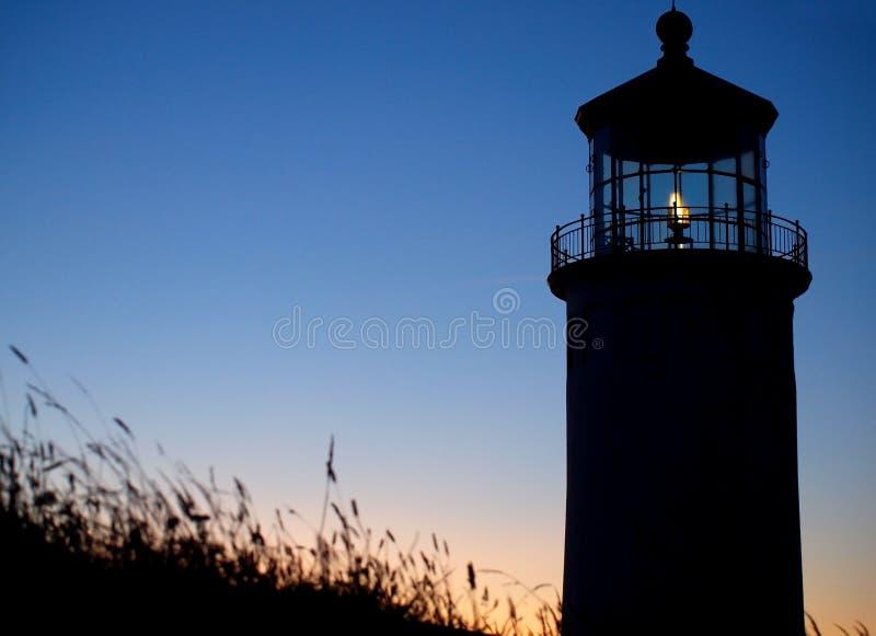 Luz que brilla en el faro principal del norte foto de archivo