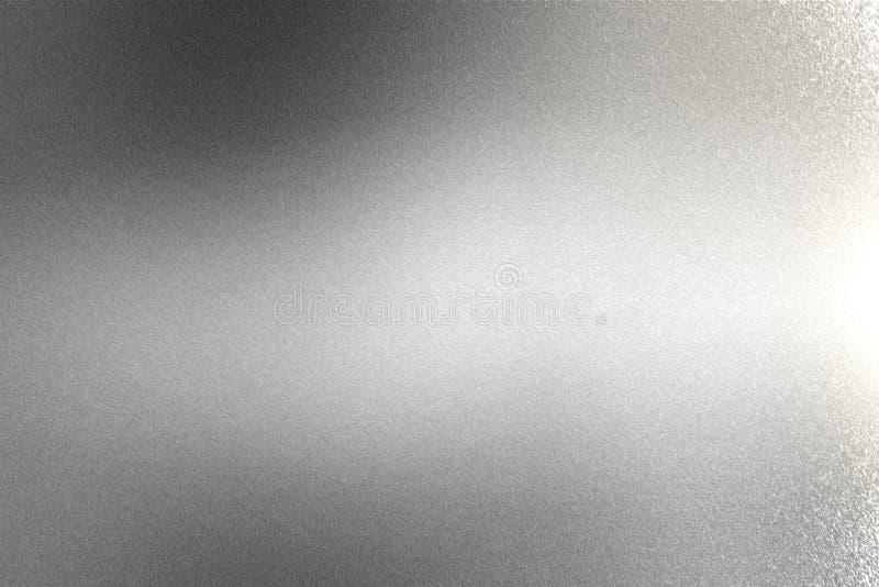 Luz que brilla en la textura cepillada de la pared del metal plateado, fondo abstracto foto de archivo libre de regalías