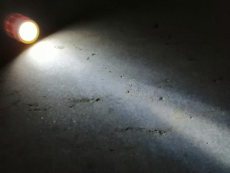 Luz que sale de una antorcha que se separa en el piso foto de archivo libre de regalías