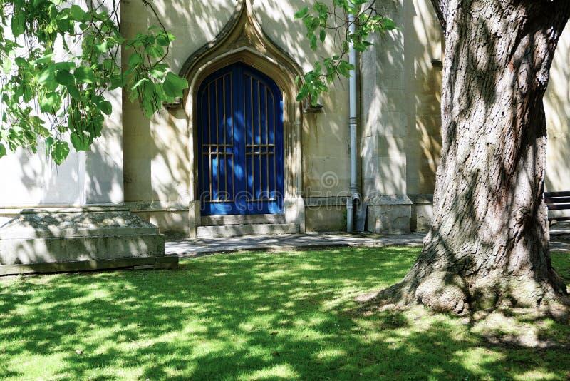 Luz que sorprende que pega una puerta vieja hermosa en iglesia en Windsor, Inglaterra fotos de archivo