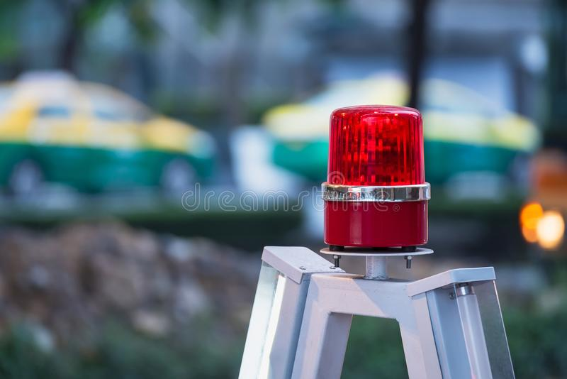 Luz roja de la sirena con el suave-foco en el fondo imagen de archivo