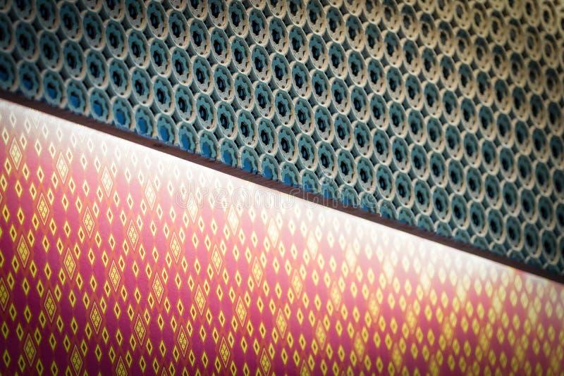 Luz saltada dentro de escuro graved - ofício tailandês verde do teste padrão, brilhante para fora à forma do diamante no estilo t fotografia de stock