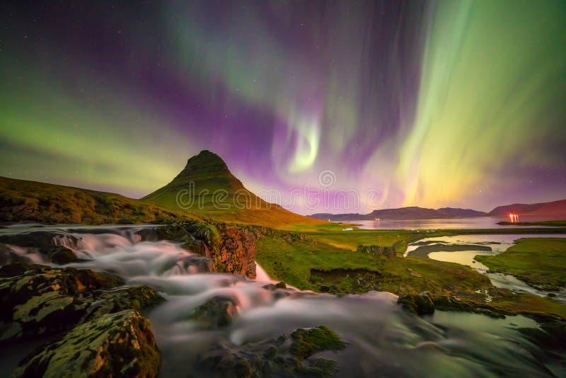Luz septentrional sobre la montaña de Kirkjufell imagen de archivo