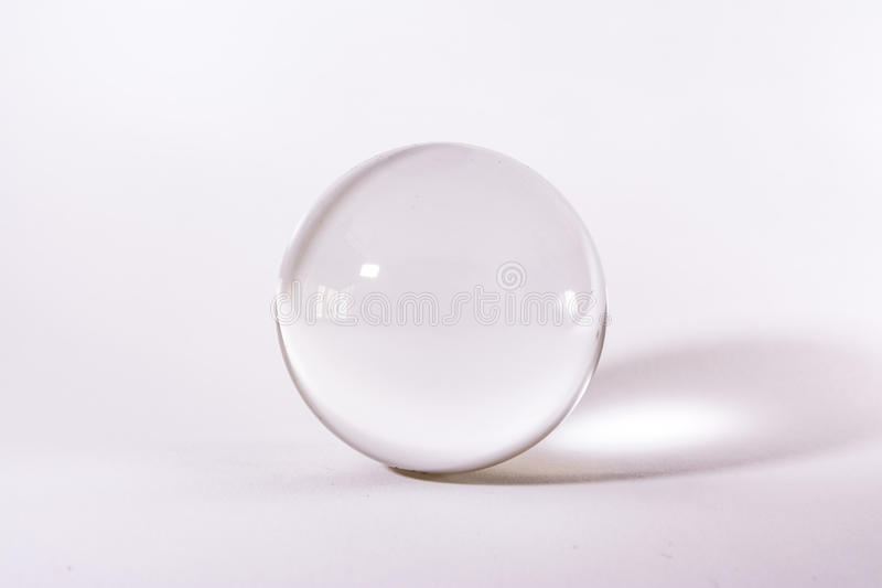 Luz simples branca do fundo do objeto de Crystal Glass Sphere Ball Transparent foto de stock royalty free